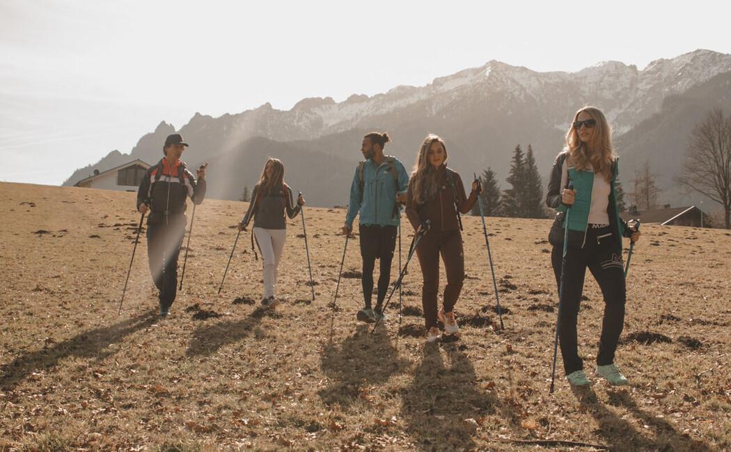 Gruppe jungerer Wanderer mit Walking-Stöcken im Berchtesgadener Land.