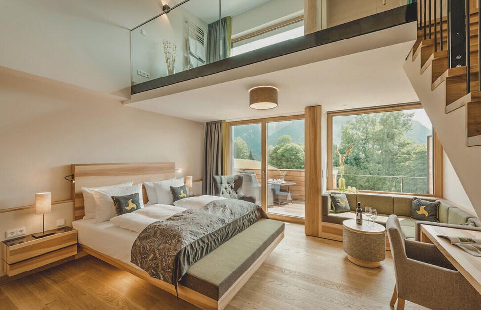 Luxuriöse Suite mit Whirlpool und großem Doppelbett im Hotel Klosterhof in Bayerisch Gmain