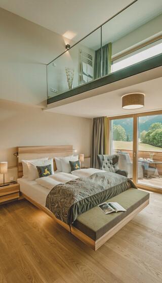 Spa Loft Suite mit eigenem Whirlpool im Zimmer, großzügigem Doppelbett und Panoramablick im Hotel Klosterhof, Bayerisch Gmain