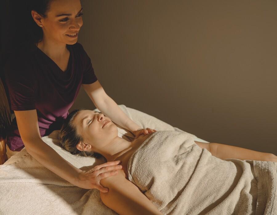 Herrliche und entspannende Anwendungen und Massagen im 4 Sterne Superior Wellnesshotel Klosterhof in Bayerisch Gmain.