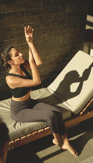 Junge Dame bei Yogaübung im Wellnesshotel Klosterhof in Bayerisch Gmain