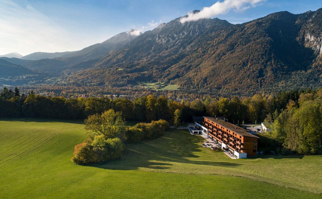 Luftaufnahme des Hotel Klosterhof in Bayerisch Gmain in absoluter Alleinlage