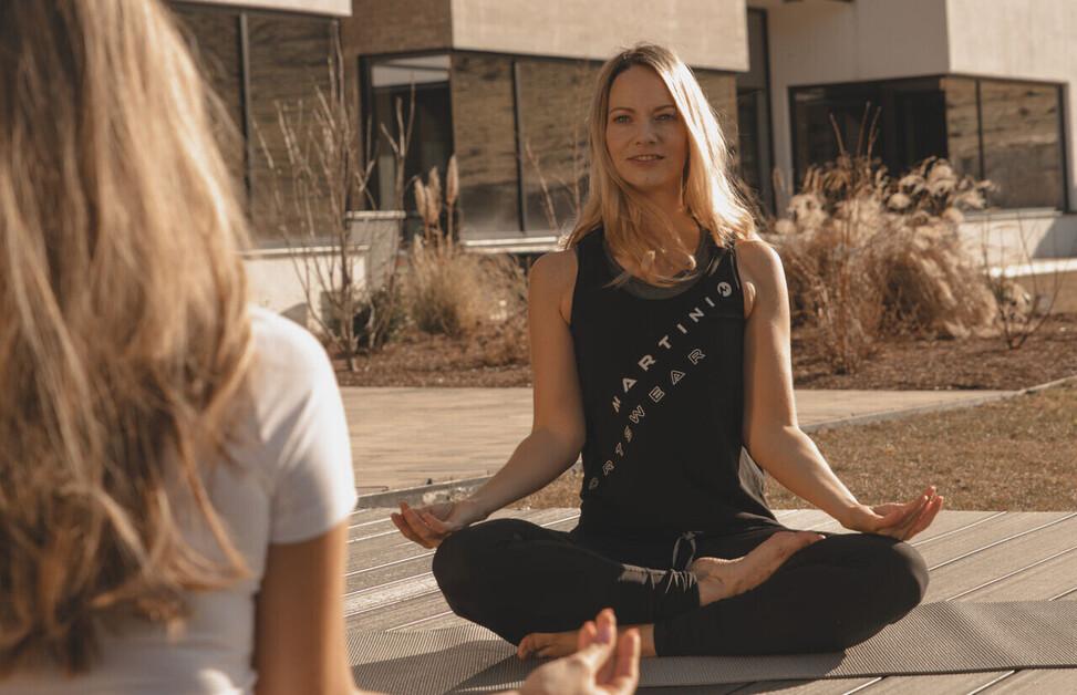 Zwei Damen beim Yoga im Urlaub in Bayern