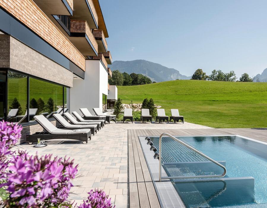 Outdoor-Whirlpool mit Blick auf das Berchtesgadener Land in Bayern
