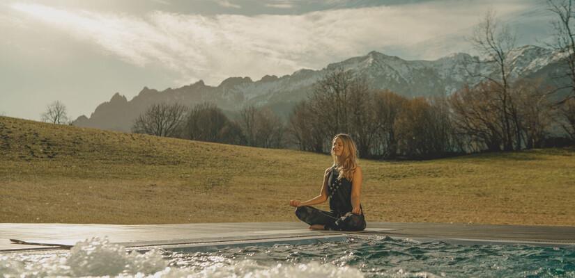 Yogalehrerin bei Yogaübung am Außenpool