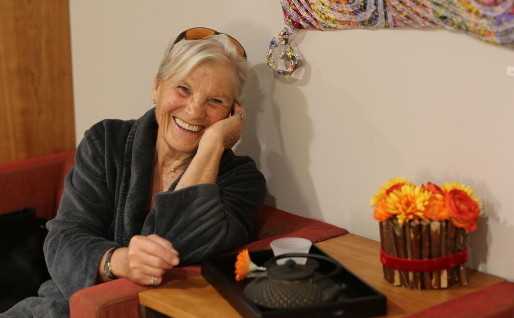 Eine Dame lacht glücklich & zufrieden während ihres Urlaubes im Fastenhotel