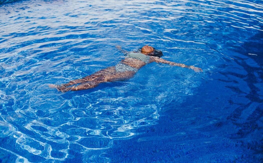 Damen beim Floating im Solebad im Wellneshotel Klosterhof in Bayern