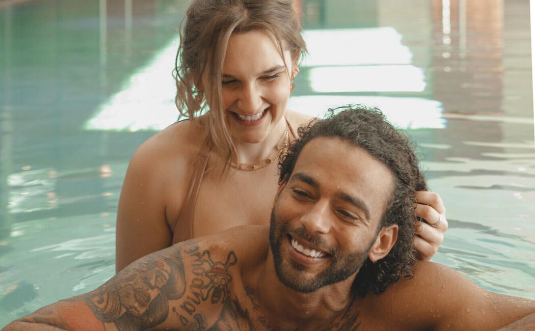 Ein Paar genießt eine romantische Auszeit im Wellnessurlaub im Hotel Klosterhof in Bayern