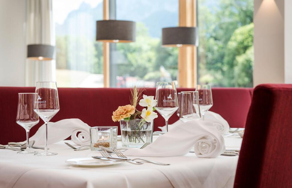 Fein gedeckter Tisch im Restaurant des Hotel Klosterhof in Bayern