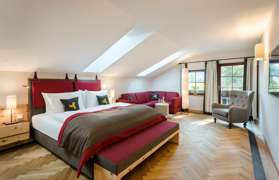 Gemütliches Doppelzimmer mit großem Doppelbett und Balkon im Hotel mit Solebad in Bayern