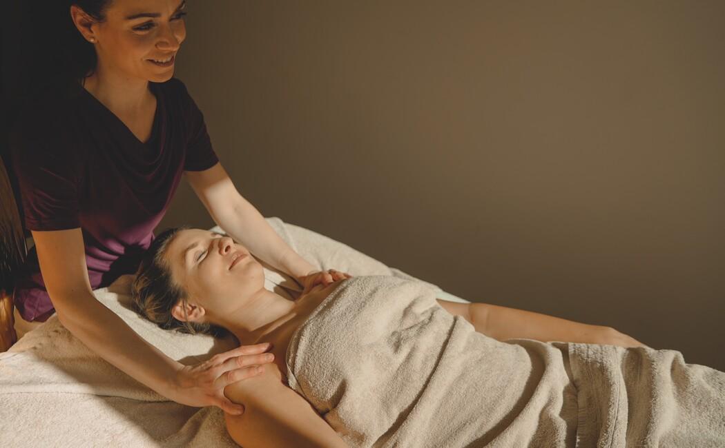 Entspannung pur bei einer Massage im Wellnesshotel Klosterhof im Berchtesgadener Land.