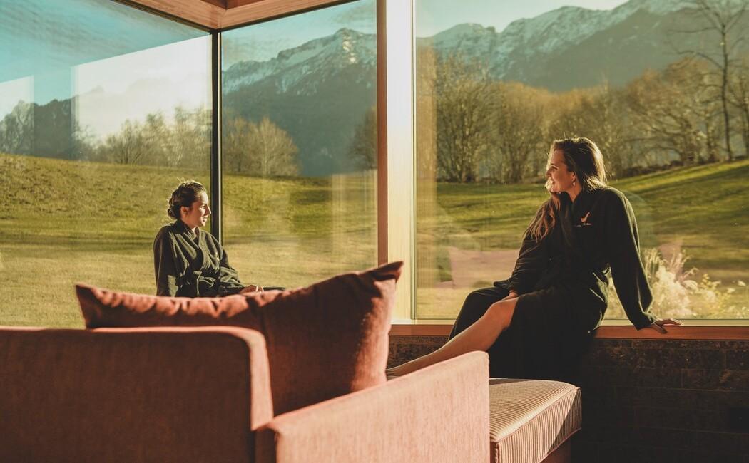 2 junge Damen im Panorama-Ruheraum des Wellnesshotel Klosterhof im Berchtesgadener Land.