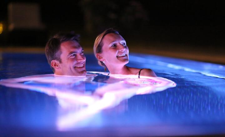 Paar im romantischen Solebad im Hotel Klosterhof in Bayern
